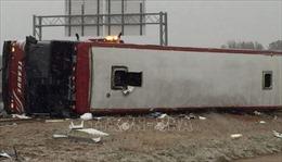 Lật xe buýt chở đội bóng, ít nhất 55 người thương vong