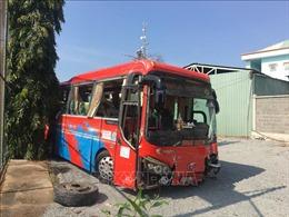 Ô tô khách lao vào dải phân cách, 21 người bị thương