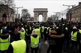 Cảnh sát Pháp dùng hơi cay giải tán người biểu tình Áo vàng