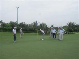 Gần 100 golfer tranh tài tại Giải Golf Watersilk