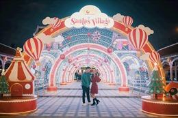 Cây thông Giáng sinh khổng lồ làm từ 5.000 chai nhựa tại Sun World Danang Wonders.