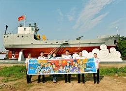 Họa sỹ Nguyễn Thu Thủy tặng tranh Bác Hồ tại Bộ Tư lệnh Hải quân