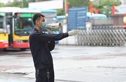 Hà Nội: Tăng cường khử khuẩn, phát loa yêu cầu hành khách đeo khẩu trang trước khi vào bến xe