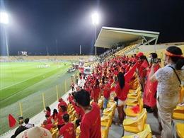 'Đại chiến'  tuyển Việt Nam - UAE: Cổ động viên Việt Nam 'nhuộm đỏ' sân Zabeel