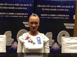 Clip robot Sophia giao lưu với báo giới trong tà áo dài