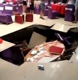 Đang ăn cưới, 6 người bị hố tử thần 'nuốt chửng'