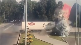 Khoảnh khắc xe tải chạy tốc độ cực đại đâm vào tượng đài nát bét đầu