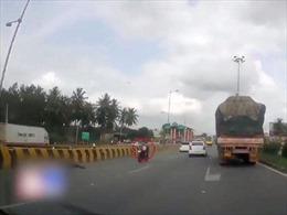 Bố mẹ bị văng khỏi xe sau tai nạn, em bé một mình 'lái' xe trên xa lộ