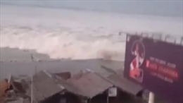 Sóng thần nuốt chửng bờ biển hòn đảo Indonesia sau trận động đất lớn