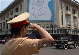Các chiến sĩ lực lượng vũ trang chào vĩnh biệt nguyên Tổng Bí thư Đỗ Mười