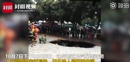 'Hố tử thần' xuất hiện giữa phố, 4 người thiệt mạng