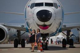 Mải 'selfie' trên đường băng, hai thiếu nữ bị máy bay đâm tử vong