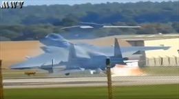 Tiêm kích F-15 Anh hạ cánh khẩn cấp 'tóe lửa' trên đường băng