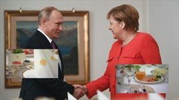 Tổng thống Putin dùng xúc xích, cá hồi giải thích vụ Eo biển Kerch cho Thủ tướng Đức