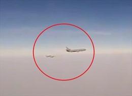 Xuất hiện video máy bay Nga chặn máy bay Mỹ tiếp liệu trên không tại Syria
