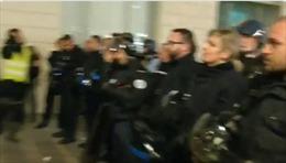 Cảnh sát Pháp tháo mũ bảo hiểm, thỏa hiệp với người biểu tình