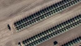 Lộ hình ảnh dàn xe tăng, pháo Nga hùng hậu áp sát biên giới Ukraine