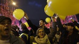 Người biểu tình Áo vàng ôm cảnh sát Pháp chúc mừng trong Đêm Giao thừa
