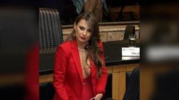 Vận trang phục 'bỏng mắt', nữ nghị sĩ gây náo loạn Quốc hội