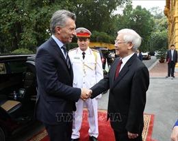 Tổng thống Argentina Macri tranh thủ thưởng thức cà phê vỉa hè Hà Nội
