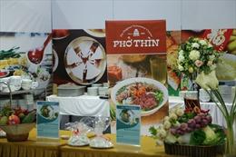 Việt Nam chiêu đãi phóng viên quốc tế những món ăn đậm chất dân tộc