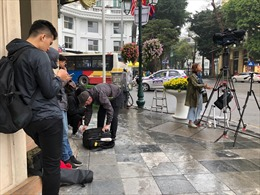 Phóng viên quốc tế 'cắm chốt' trên nhiều tuyến phố Hà Nội để đưa tin Hội nghị thượng đỉnh Mỹ-Triều Tiên