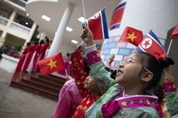 Các bé mẫu giáo Trường Việt-Triều mặc hanbok, vẫy cờ chào đón Chủ tịch Triều Tiên