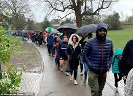 Gần 5.000 người xếp hàng dưới mưa chờ hiến tế bào cứu bé trai 5 tuổi
