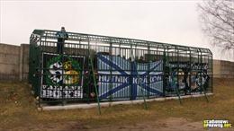 Cảnh tượng xem bóng đá trong lồng sắt tại Ba Lan