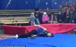 Diễn viên xiếc bị trăn siết cổ ngã khụy ngay trên sân khấu