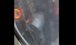 Hành khách hoảng loạn thấy động cơ máy bay sắp rụng khi đang bay