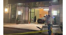 Mercedes mất lái tông thẳng vào sảnh Tháp Trump Plaza ở New York