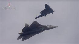 Bộ đôi chết chóc: Drone 'Thợ săn' khoe sức mạnh bên tàng hình cơ Su-57