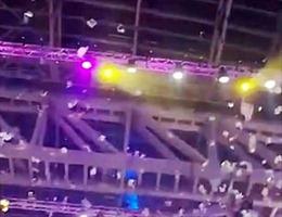 Tỷ phú Nga rải 20.000 USD tạo 'cơn mưa tiền' từ mái nhà hội nghị