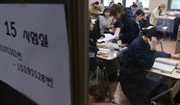 Người Hàn Quốc vướng bận thi cử cả đời