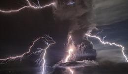 Hiện tượng sét núi lửa trên đỉnh Taal 'thức giấc' sau 40 năm