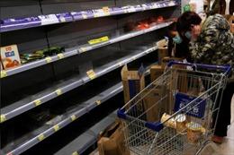 Lo sợ Corona, người dân Hong Kong quét sạch siêu thị dự trữ đồ ăn