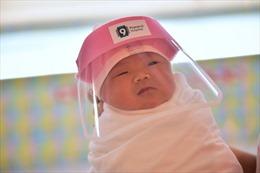 Bệnh viện Thái Lan trang bị nón ngăn giọt bắn mini cho trẻ sơ sinh