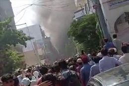 Máy bay Pakistan chở trên 100 người rơi tại Karachi