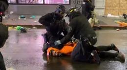 Cảnh sát Mỹ ngăn đồng nghiệp dùng gối ghì cổ người biểu tình xuống đường