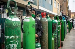 Người dân Peru cầm bình xếp hàng đi mua oxy