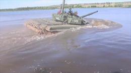 Xe tăng chiến đấu chủ lực Nga thể hiện tính năng 'lặn' dưới sông sâu 5m