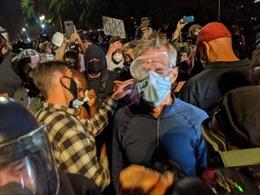 Thị trưởng Mỹ bị xịt hơi cay trong biểu tình phản đối cảnh sát