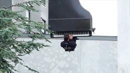 Nghệ sĩ treo ngược người chơi piano từ độ cao 40 m
