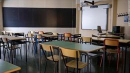 Trường học Italy cưa nhỏ bàn ghế để học sinh giãn cách xã hội