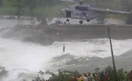 Trực thăng Ấn Độ giải cứu ngoạn mục người mắc kẹt 16 tiếng giữa nước lũ