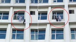 Bác sĩ quả cảm giải cứu bệnh nhân COVID-19 cố nhảy từ cửa sổ tầng 4