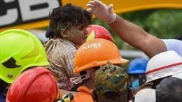 Cậu bé Ấn Độ 4 tuổi được cứu thoát sau 19 giờ mắc kẹt dưới đống đổ nát