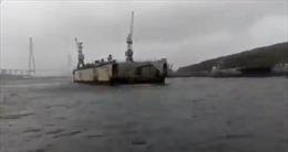 Bão lớn làm đứt dây neo, ụ nổi va chạm hàng loạt tàu chiến tại Nga