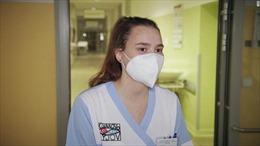 Đội ngũ y tá thiếu niênhỗ trợ y tế tại các bệnh viện quá tải ở CH Séc